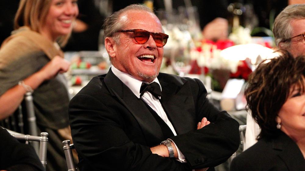 Jack Nicholson, sentado y riendo