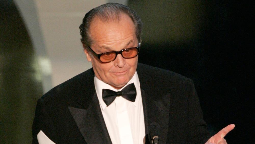 Jack Nicholson delante del micrófono, señalando