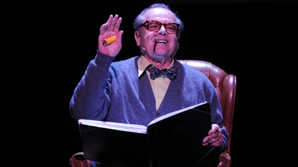 Jack Nicholson en el escenario, leyendo