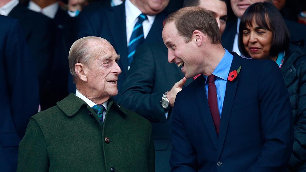 El príncipe Felipe y el príncipe William riendo