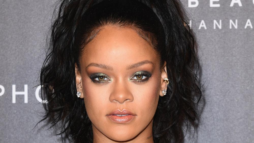 Rihanna mirando con expresión seria.