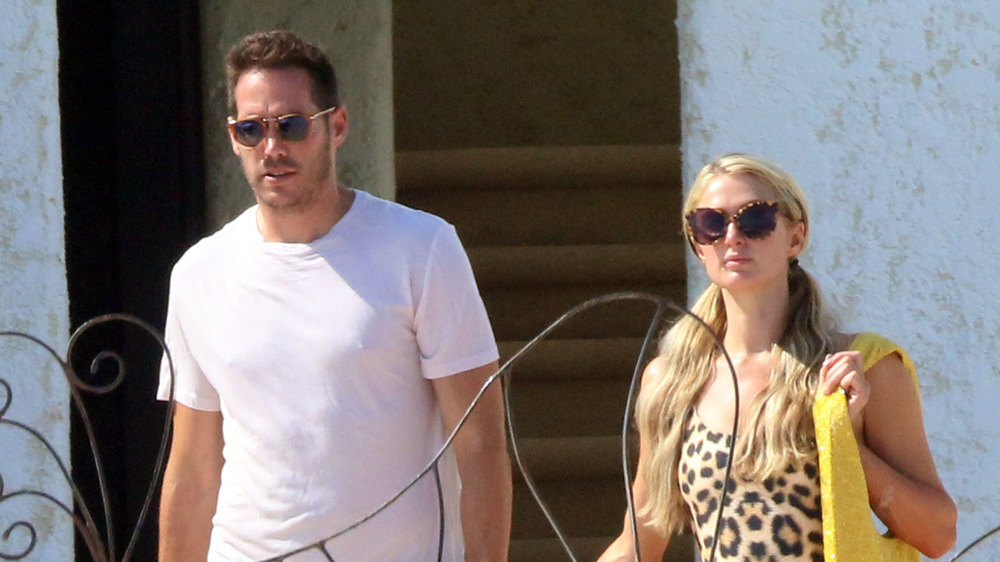 Paris Hilton y Carter Reum caminando