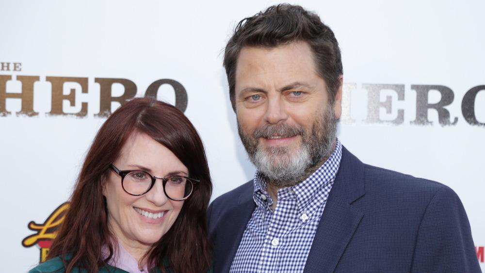 Nick Offerman y Megan Mullally sonriendo