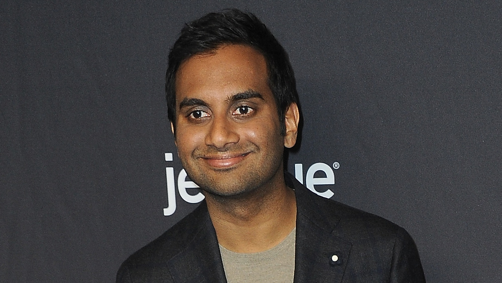 Aziz Ansari sonriendo
