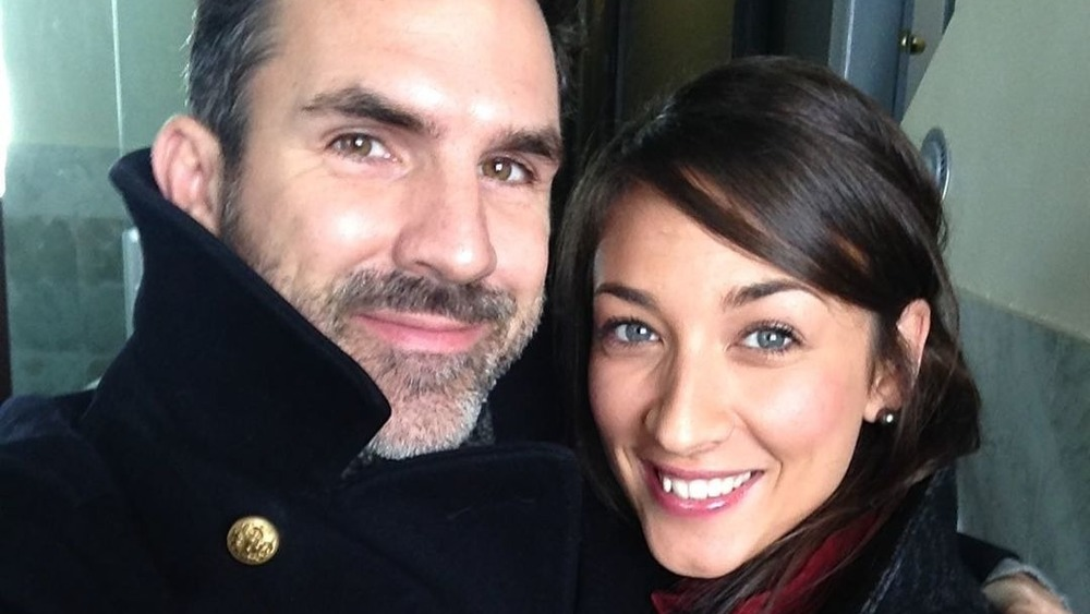 Paul Schneider y Theresa Avila tomándose un selfie