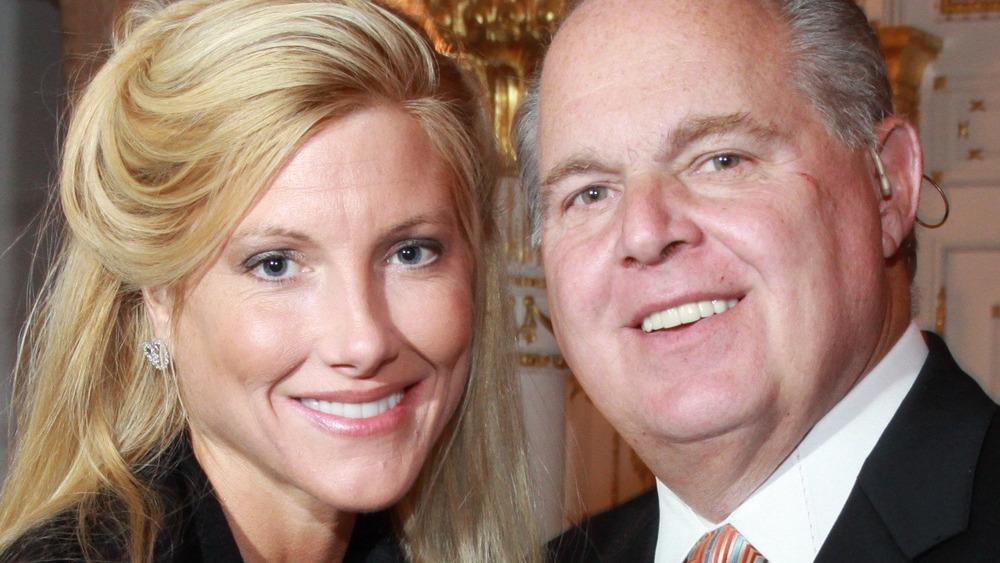 Kathryn Adams Limbaugh sonríe junto a su esposo Rush Limbaugh en un evento