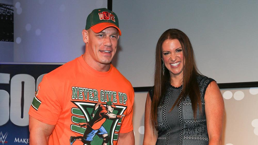 John Cena y Stephanie McMahon sonriendo