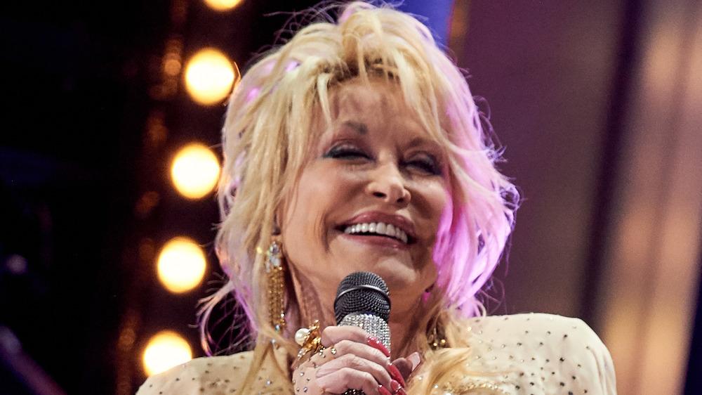 Dolly Parton sosteniendo un micrófono