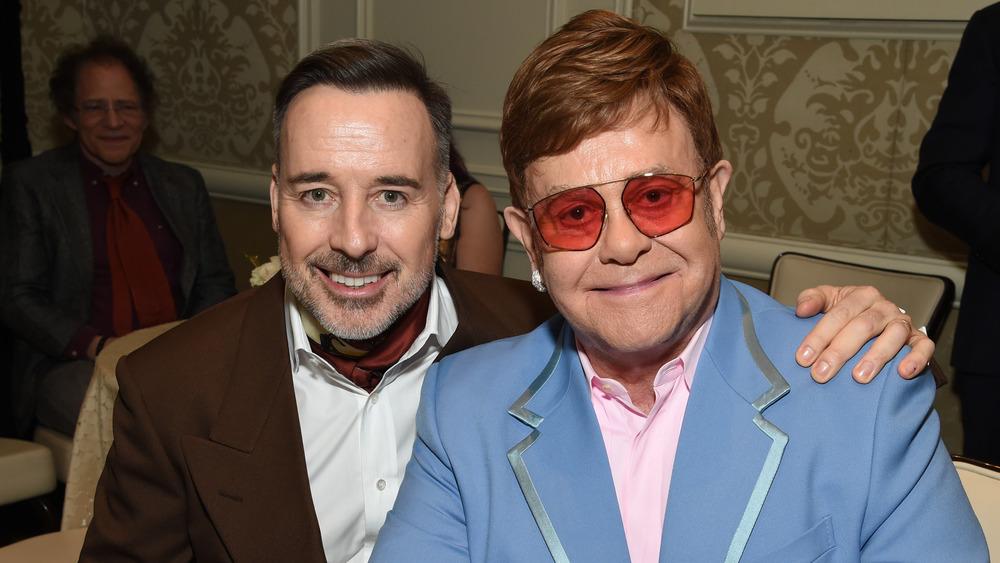 Elton John y David Furnish sonriendo