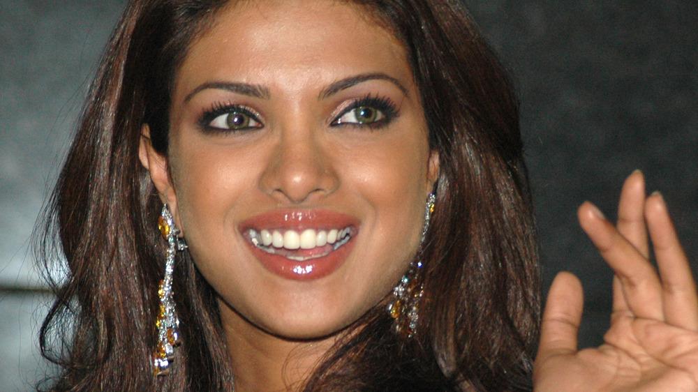 Priyanka Chopra más joven sonriendo