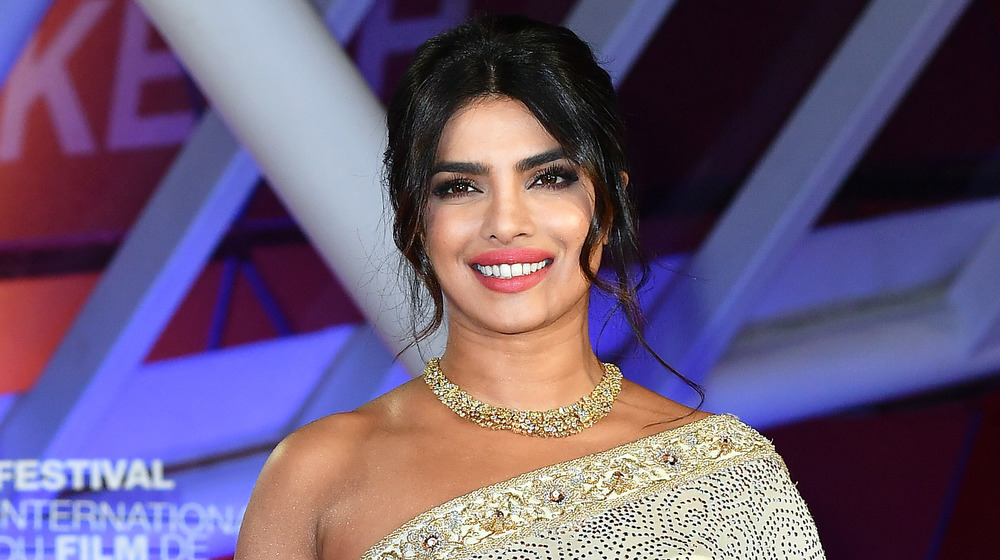 Priyanka Chopra sonriendo con vestido inspirado en sari