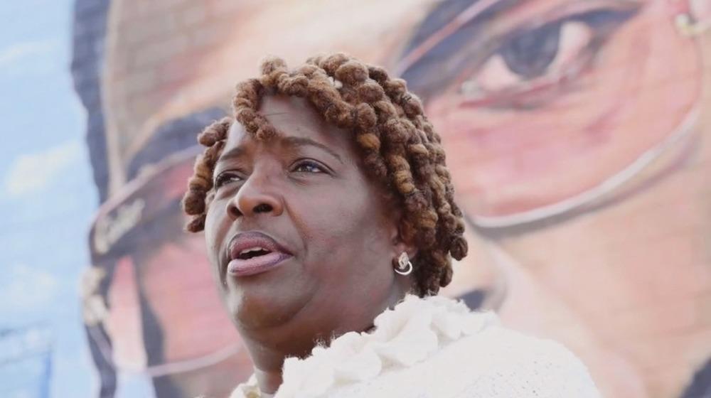 La madre de Pop Smoke, Audrey Jackson, en un anuncio de servicio público contra la violencia con armas de fuego