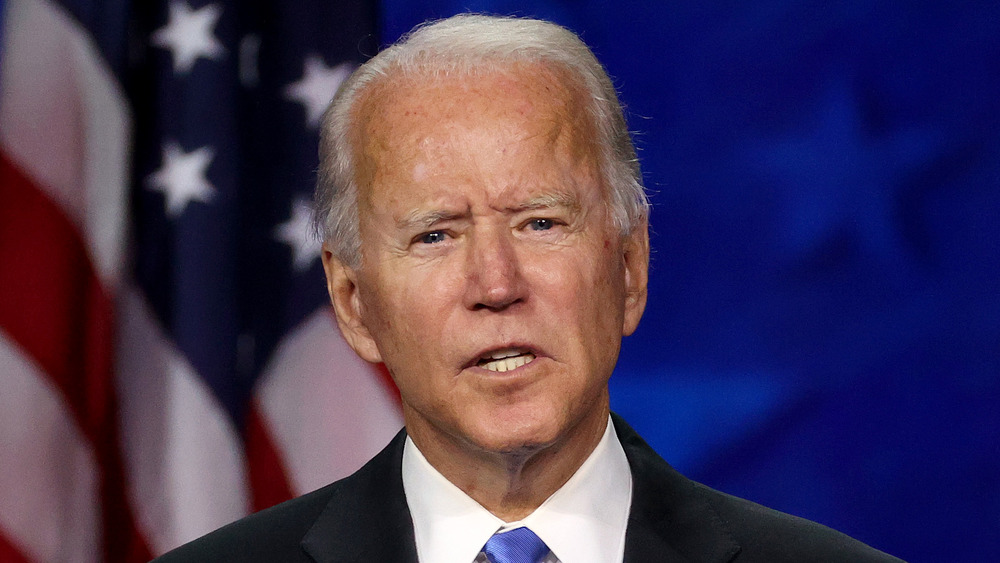 Joe Biden se ve animado mientras habla en una conferencia