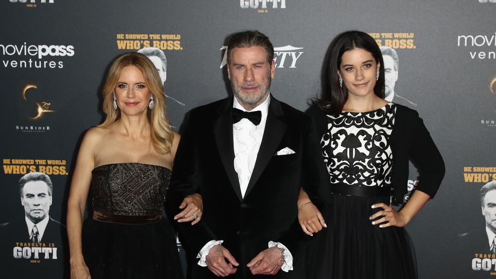 Kelly Preston, John Travolta y Ella Travolta posan para una foto en la alfombra roja en 2018