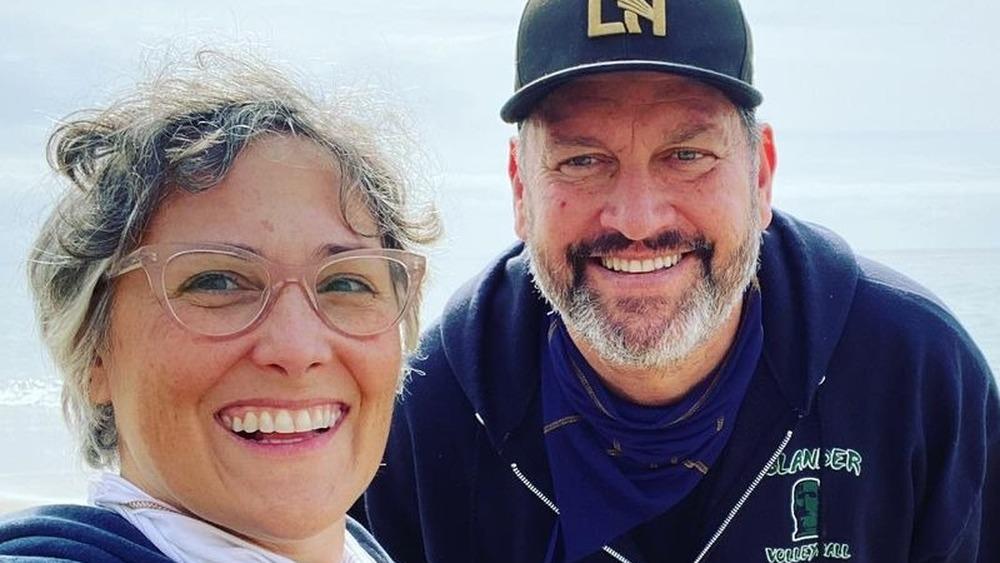 Ricki Lake y Ross Burningham tomándose un selfie en la playa