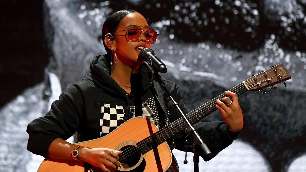 HER se presenta durante el concierto de Verizon Support Small Businesses