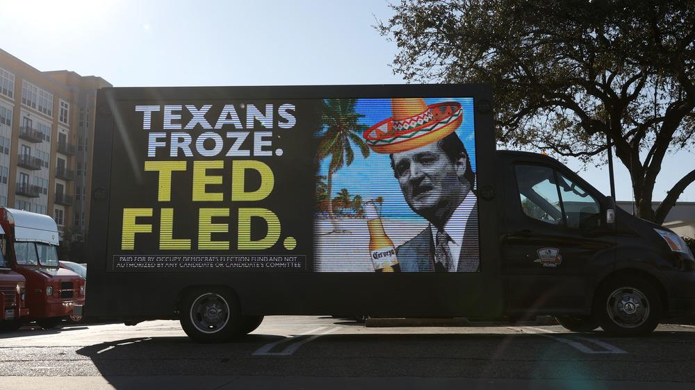 Camión con mensaje e imagen burlándose de Ted Cruz luego de salir de Texas en medio de las tormentas invernales