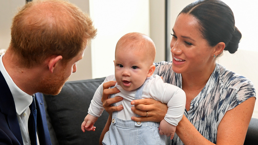 El príncipe Harry y Meghan Markle jugando con el bebé Archie