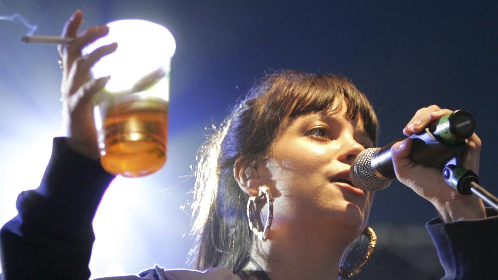Lily Allen cantando con cerveza y cigarrillo en mano