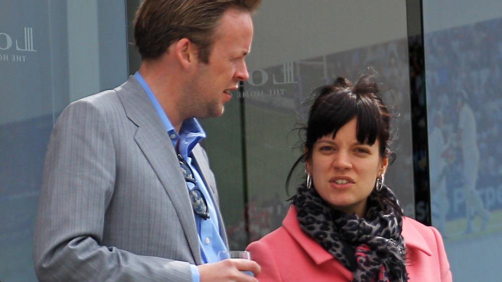 Sam Cooper y Lily Allen hablando entre ellos