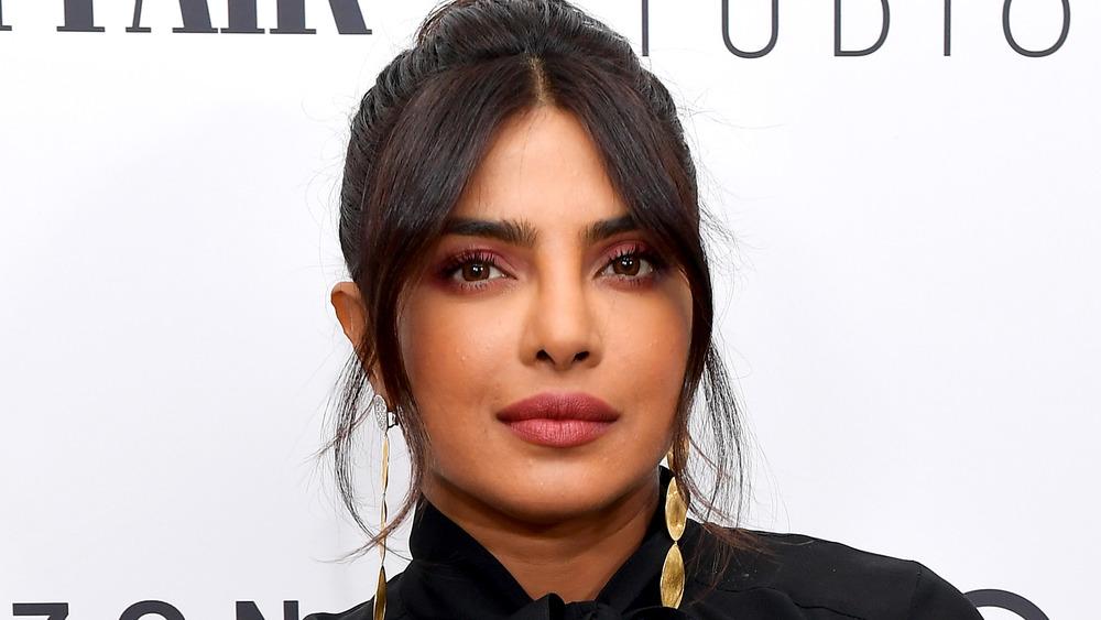 Priyanka Chopra mirando a la cámara