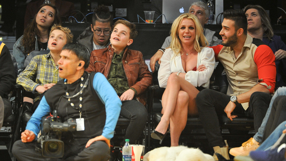 Britney Spears mira baloncesto con sus hijos y su novio