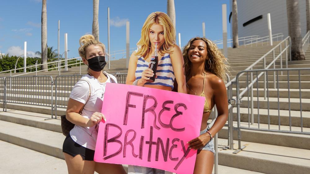 Los fanáticos posan con un recorte de cartón de Britney Spears
