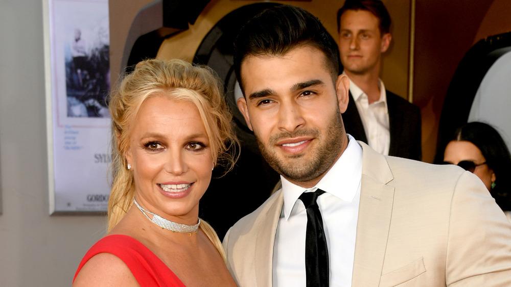 Britney Spears y Sam Asghari sonriendo