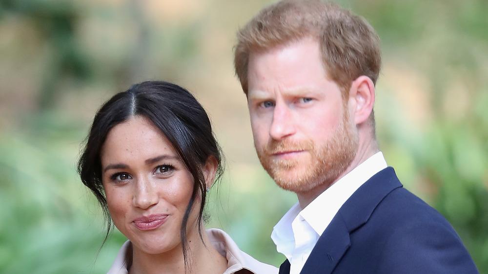 Meghan Markle y el príncipe Harry mirando