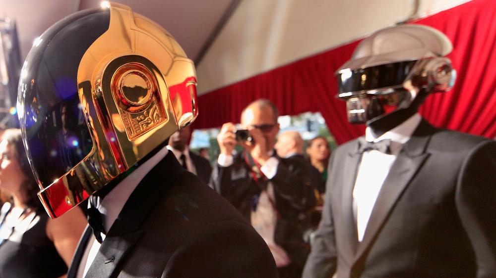 Daft Punk caminando por la alfombra roja