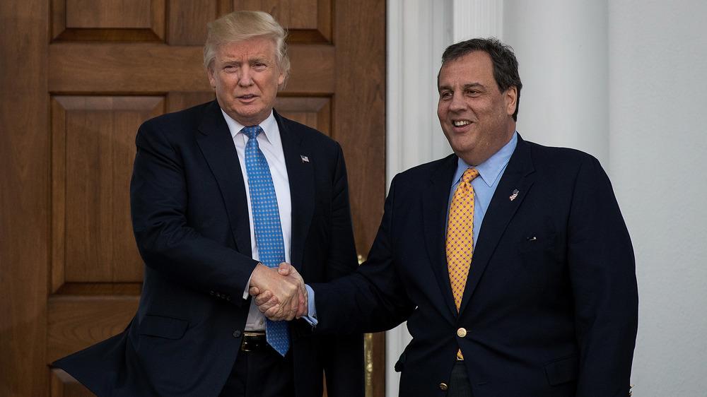 Donald Trump y Chris Christie dándose la mano