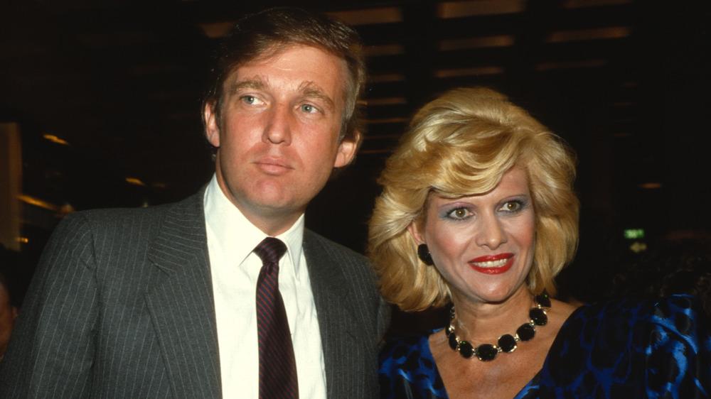 Donald Trump e Ivana Trump posando juntos