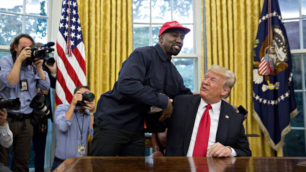 Kanye West posando con Donald Trump