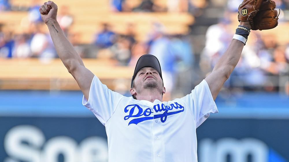 Chad Michael Murray en el campo de béisbol