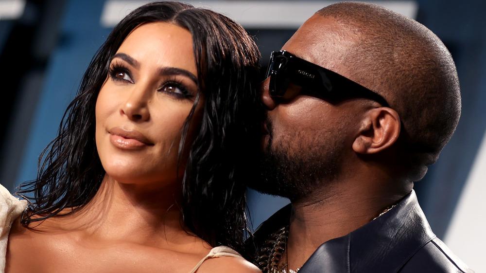 Kanye West le da a Kim Kardashian un beso en la cabeza en la fiesta de los Oscar de Vanity Fair 2020
