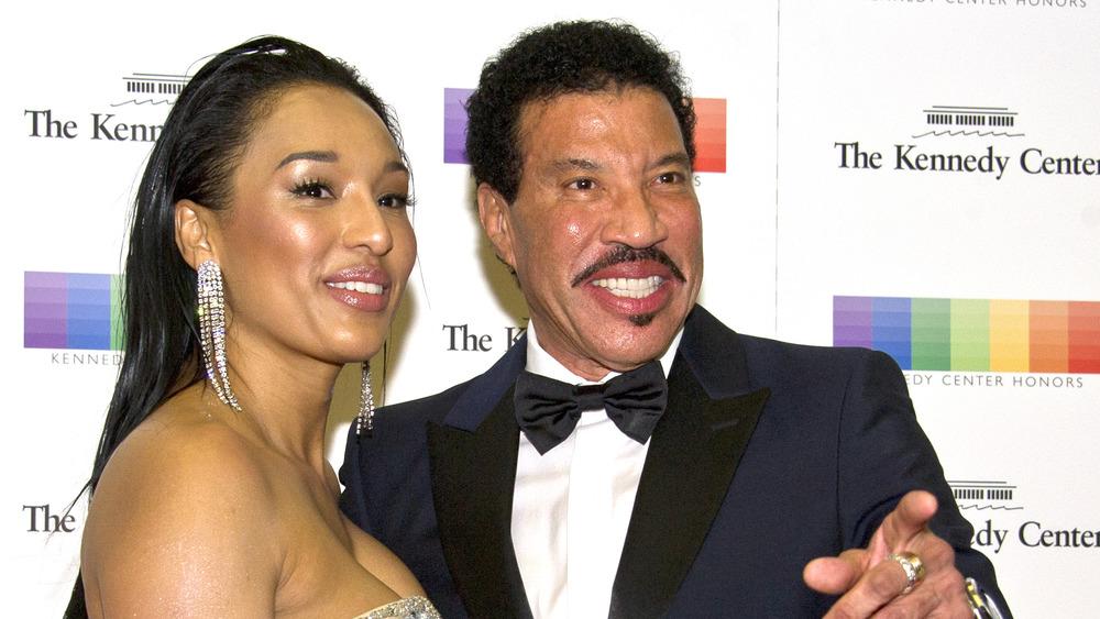 Lionel Richie y Lisa Parigi en un evento