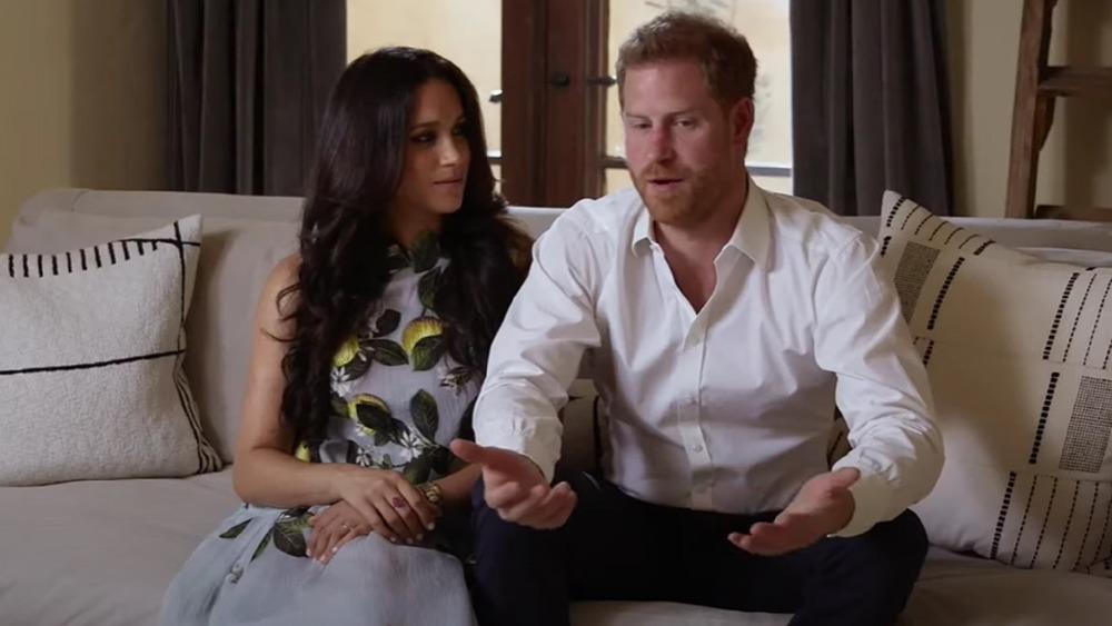 Meghan Markle y el príncipe Harry sentados juntos durante una entrevista