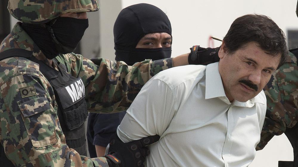 El Chapo atravesado por el Aeropuerto Internacional de México después de su arresto, febrero de 2014