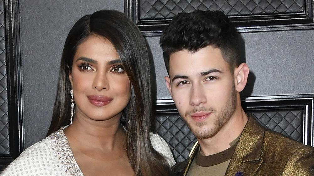 Priyanka Chopra y Nick Jonas posando en la alfombra roja