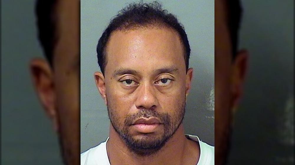 Tiger Woods posando para su foto policial de 2017
