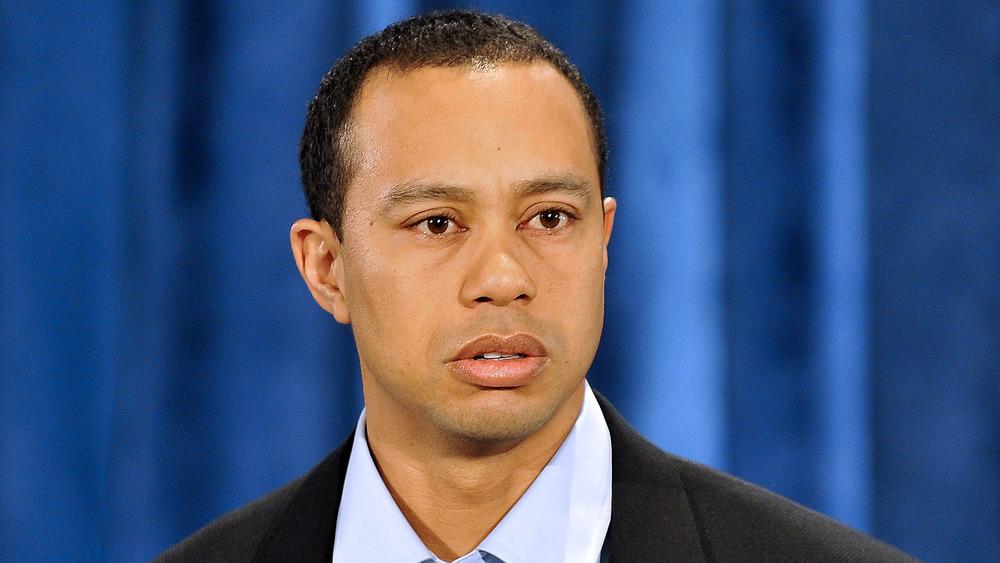 Tiger Woods, disculpa pública en 2010, vestido con traje, con aspecto triste, lloroso