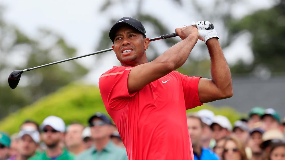 Tiger Woods mirando su golpe de salida