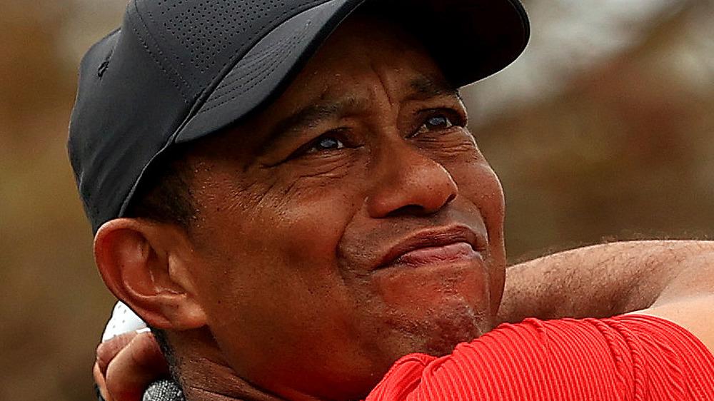 Tiger Woods hace un tiro en el campo de golf