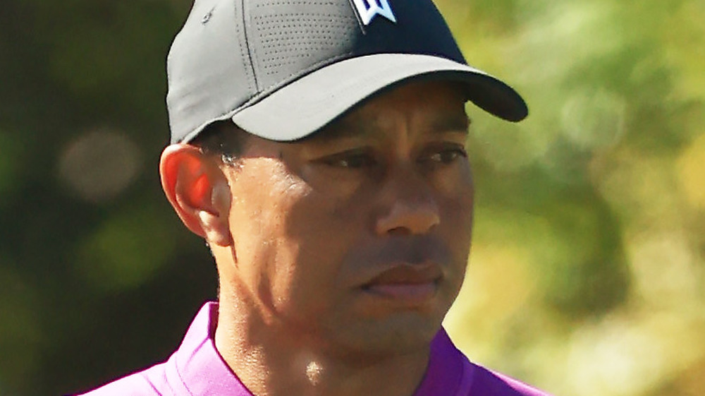 Tiger Woods evalúa su disparo en el campo