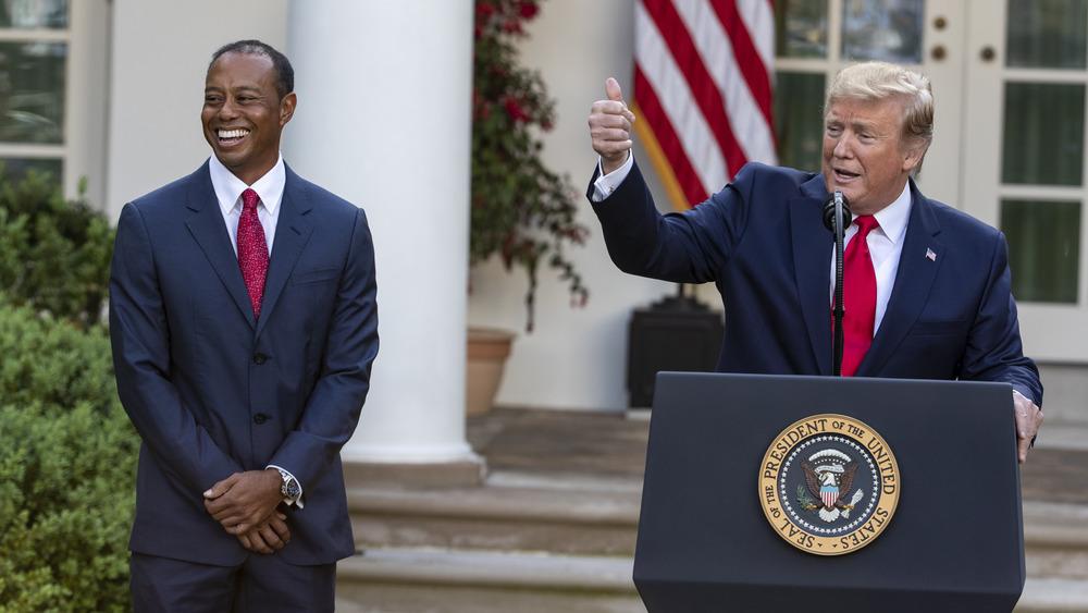 Tiger Woods y Donald Trump en una ceremonia