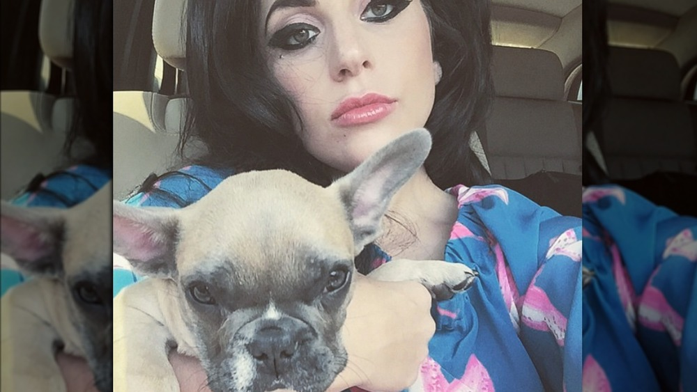 Lady Gaga posa para una selfie con su perro
