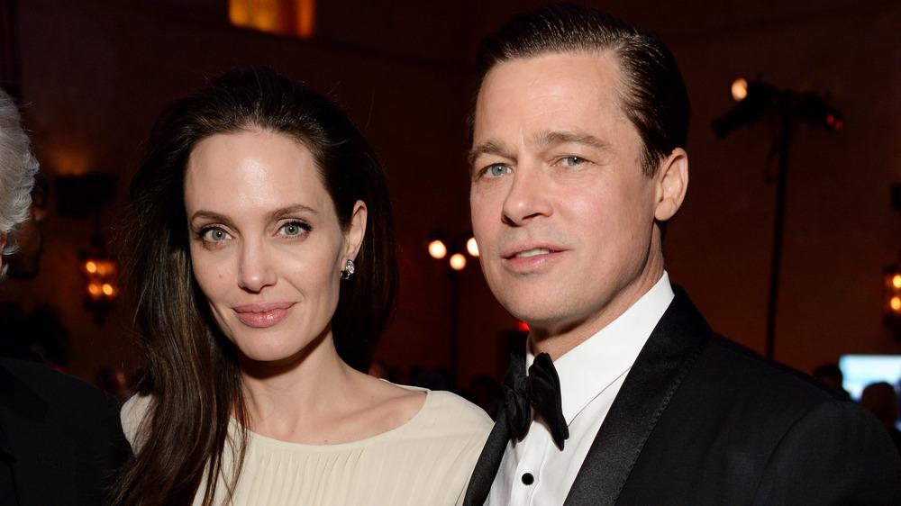 Angelina Jolie y Brad Pitt mirando a la cámara