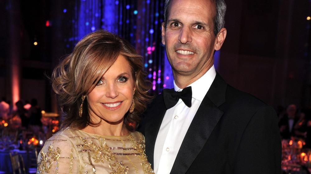 Katie Couric y John Molner sonriendo