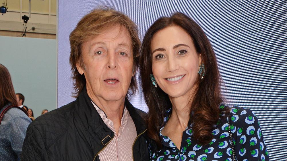 Paul McCartney y Nancy Shevell posando juntos