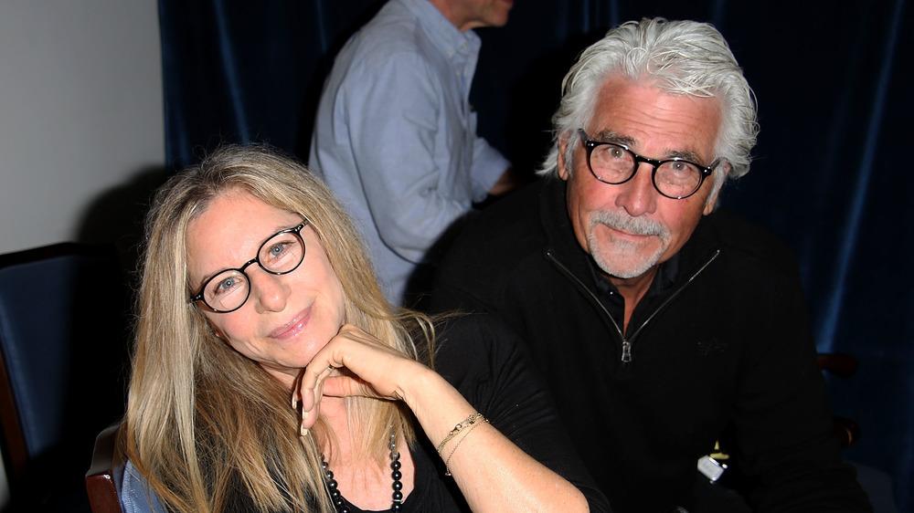 Barbra Streisand y James Brolin mirando a la cámara